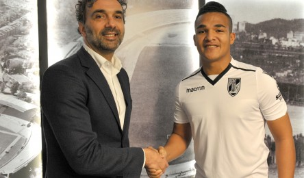 77aba82a8f O Vitória oficializou a contratação do avançado Welthon. O avançado de 25  anos chega a Guimarães proveniente do Paços de Ferreira