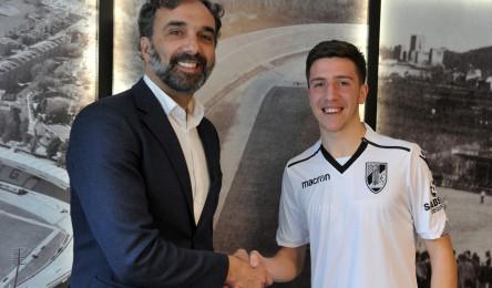 O Vitória oficializou esta segunda-feira a assinatura de um contrato  profissional de três épocas com o lateral direito Miguel Magalhães 20cb837dc56a9